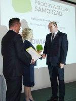 Wyróżnienie odbiera starosta toruński Mirosław Graczyk (fot. powiattorunski.pl)